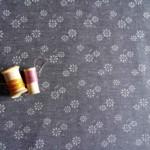 jacquard-sevilla-gris-fleurs-stof-36bobines